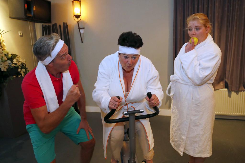 Marvilde Toneel speelt de hilarische komedie Kuuroord Fontina - v.l.n.r. Casper Flipsen, Annie Verspaget, Laura Bouwens